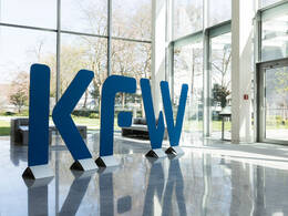 KfW-Logo im KfW-Gebäude Frankfurt