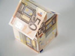 Haus aus Euroscheinen
